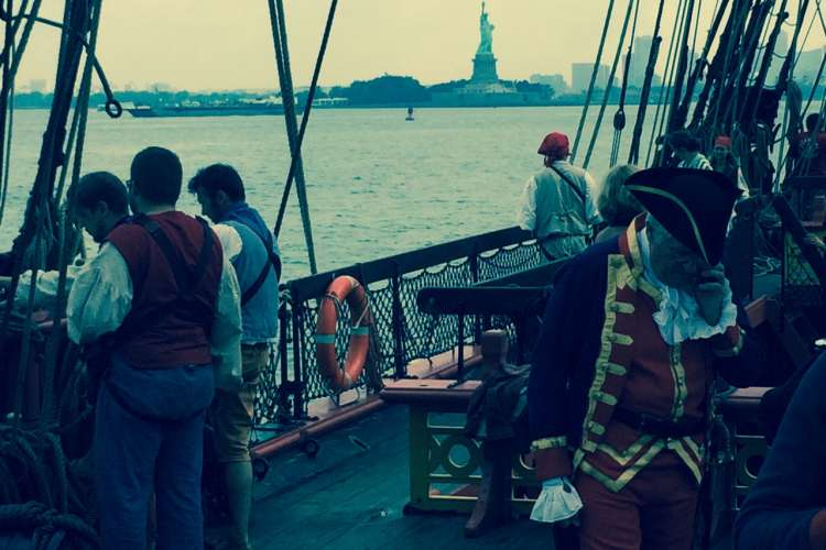 The Hermione arriving today in NYC : we could never imagine a so impressive contrast!